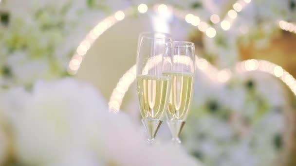 dvě sklenice na víno s champagne na pozadí magie strany