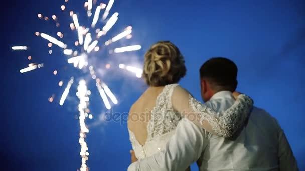 Nevěsta a ženich Ustupte a podívejte se na ohňostroj