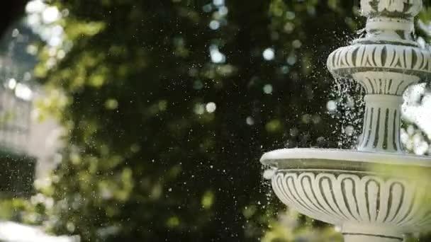 Kapky vody stříkající na vodní fontány ve zpomaleném filmu. Detailní záběr
