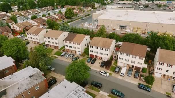 Drone Aerial view Létrehozása felvétel amerikai környéken és logisztikai központ raktár,, külváros. Ingatlan, drónlövések.,