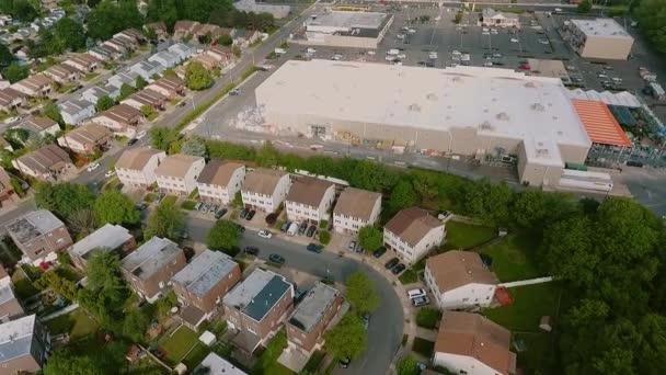 Légi felvétel Létrehozása lövés amerikai környéken,, külváros és logisztikai központ raktár. Ingatlan, drón felvételek, Top view Repülj a csúcsra repkedő körül
