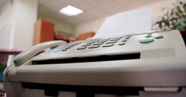 Hand einer Frau mit Fax, drückt die Taste und nimmt das Telefon in die Hand, Nahaufnahme Weitwinkel