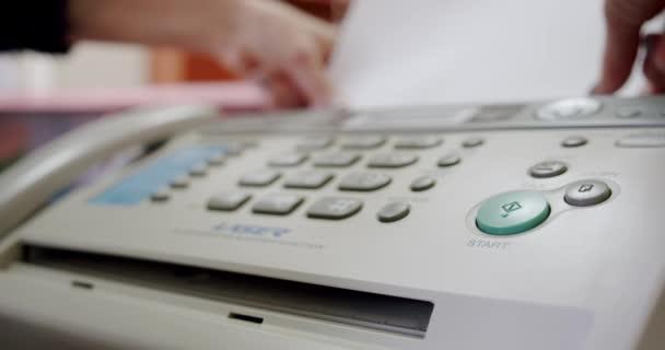 Hand einer Frau per Fax, Faxnachricht empfangen, Nahaufnahme