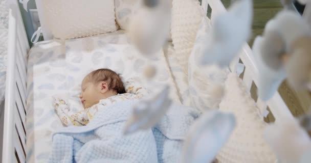 Aranyos baba alszik a bölcsőben a Childrens puha játékok