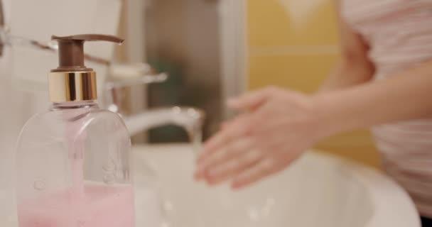 Corona vírus megelőzése nő mutató kézhigiénia mosás szappannal forró vízben. Szappanadagoló használata Blured hand