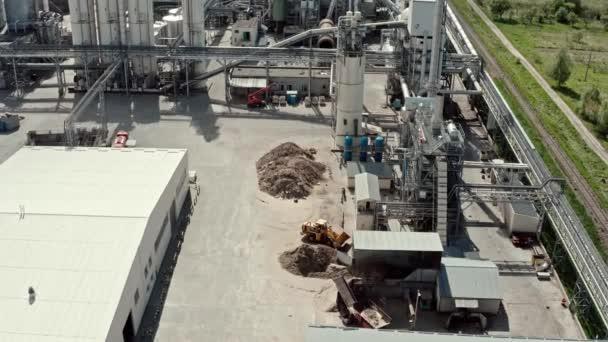 Letecký výhled. Průmyslová zóna továrny, sklady pro zpracování dřeva, pracovníci v areálu továren.