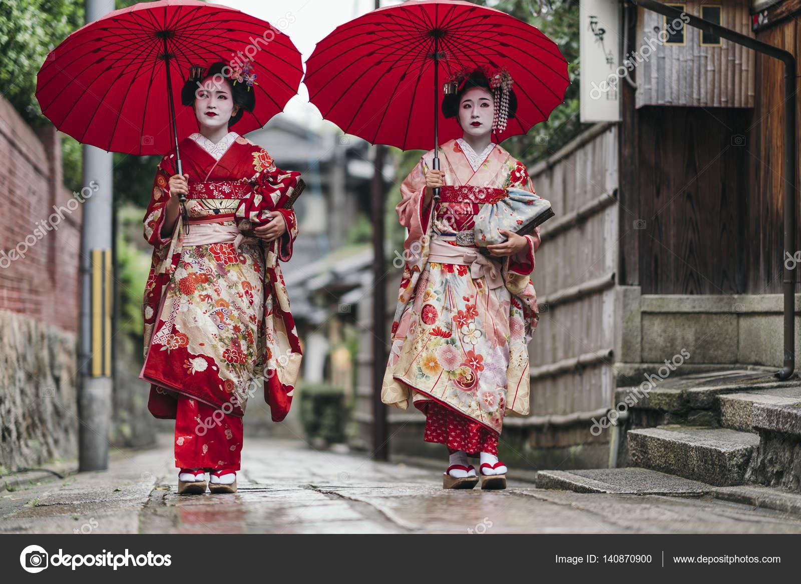 5877ac5ab7b1 Γκέισα μας περπατώντας στον δρόμο της Gion στο Κιότο της Ιαπωνίας — Εικόνα  από ...