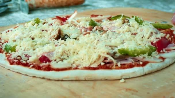 4 k záběry, detailní ruka Baker šéfkuchař připravující pizzu v kuchyni