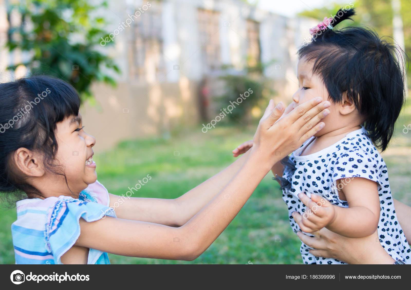 Сестра играла а он вставил ей, Сестра приклеилась к столу, а брат воспользовался этим 14 фотография
