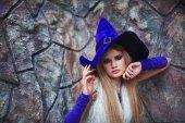 Fotografie Schöne charmante junge Mädchen-Modell im Halloween-Kostüm, außerhalb Triebe