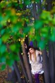 Fotografie Hochzeit in Halloween Konzept, Braut im kurzen Kleid und Hexenhut im Herbst park