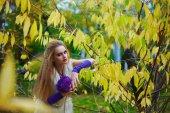 Fotografie Schöne Mädchen Modell im Brautkleid und Katze Stil cos-Play Konzept Make up