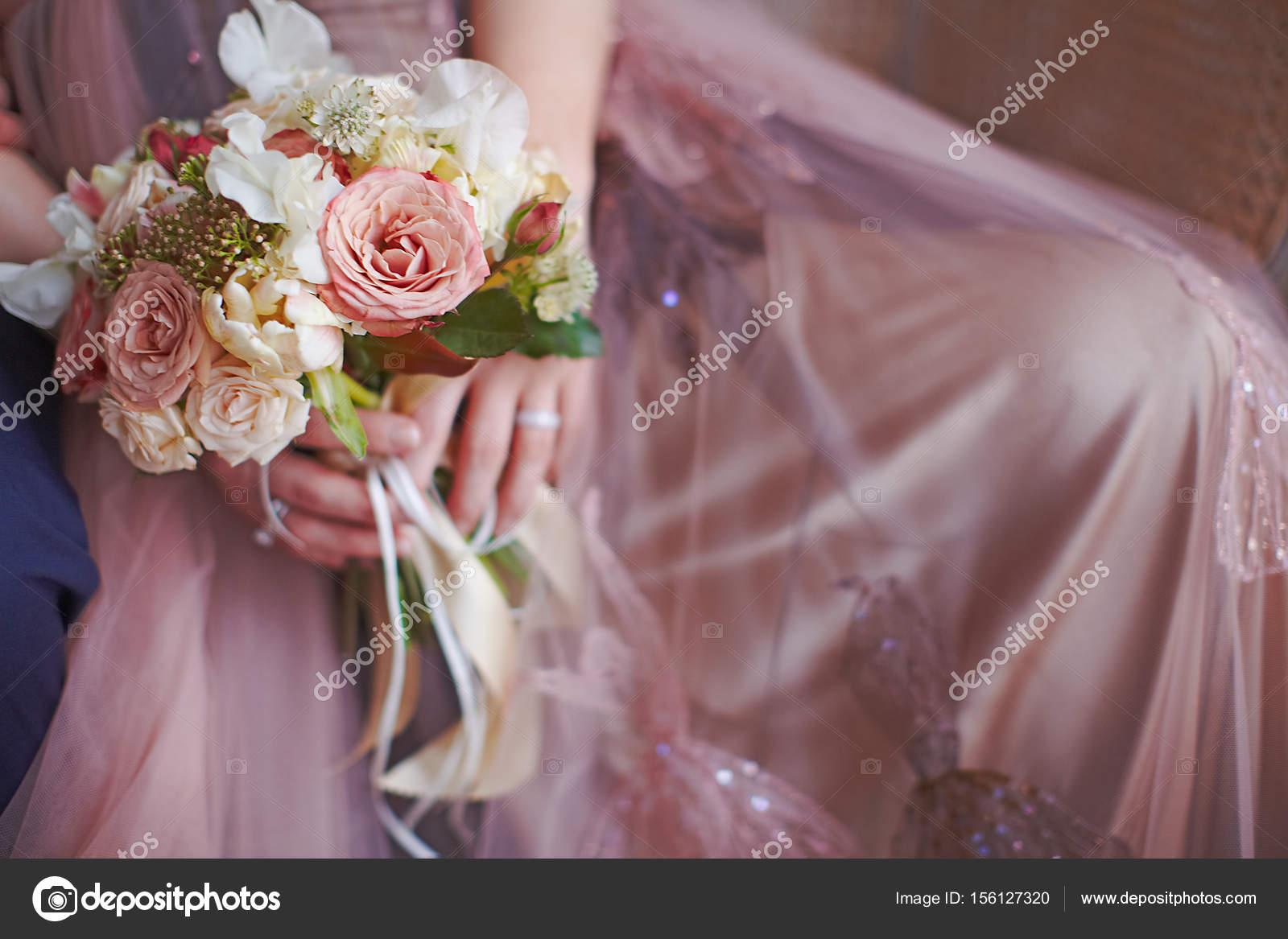 d0345691c Color pastel tierno boho estilo boda bouquet en manos de la novia embarazada  — Foto de ...