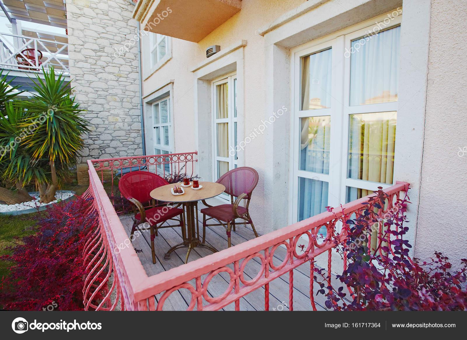 Hotel Accogliente Veranda Terrazza Con Mobili Giardino Servito ...