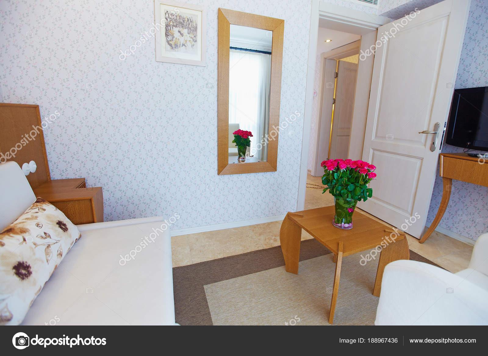 Woonkamer En Slaapkamer : Hotel woonkamer slaapkamer ingericht met rotan meubelen ingericht