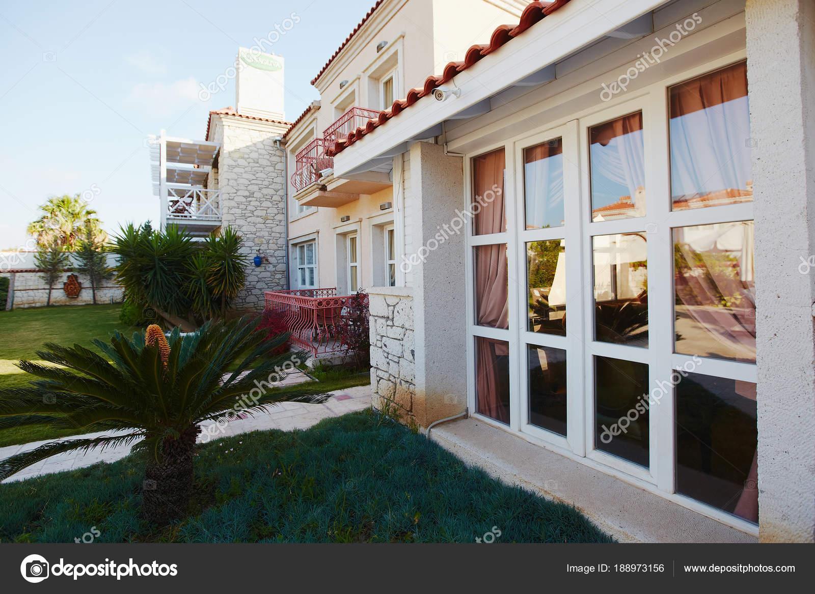 Grote Foto Aan De Muur.Mooie Grote Muur Formaat Venster En Tuin In Klein Hotel Stockfoto