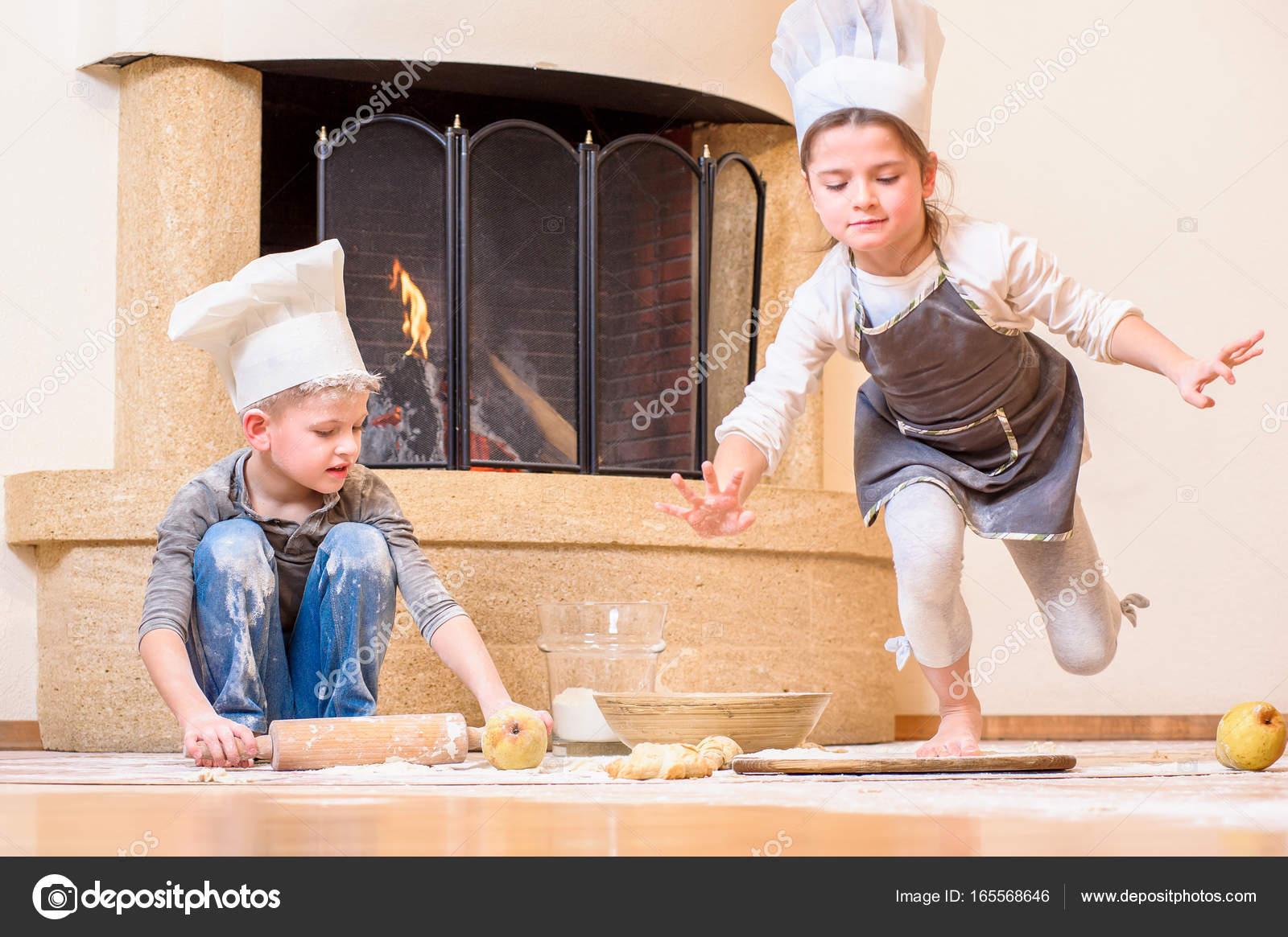Секс мальчик и девочка под столом