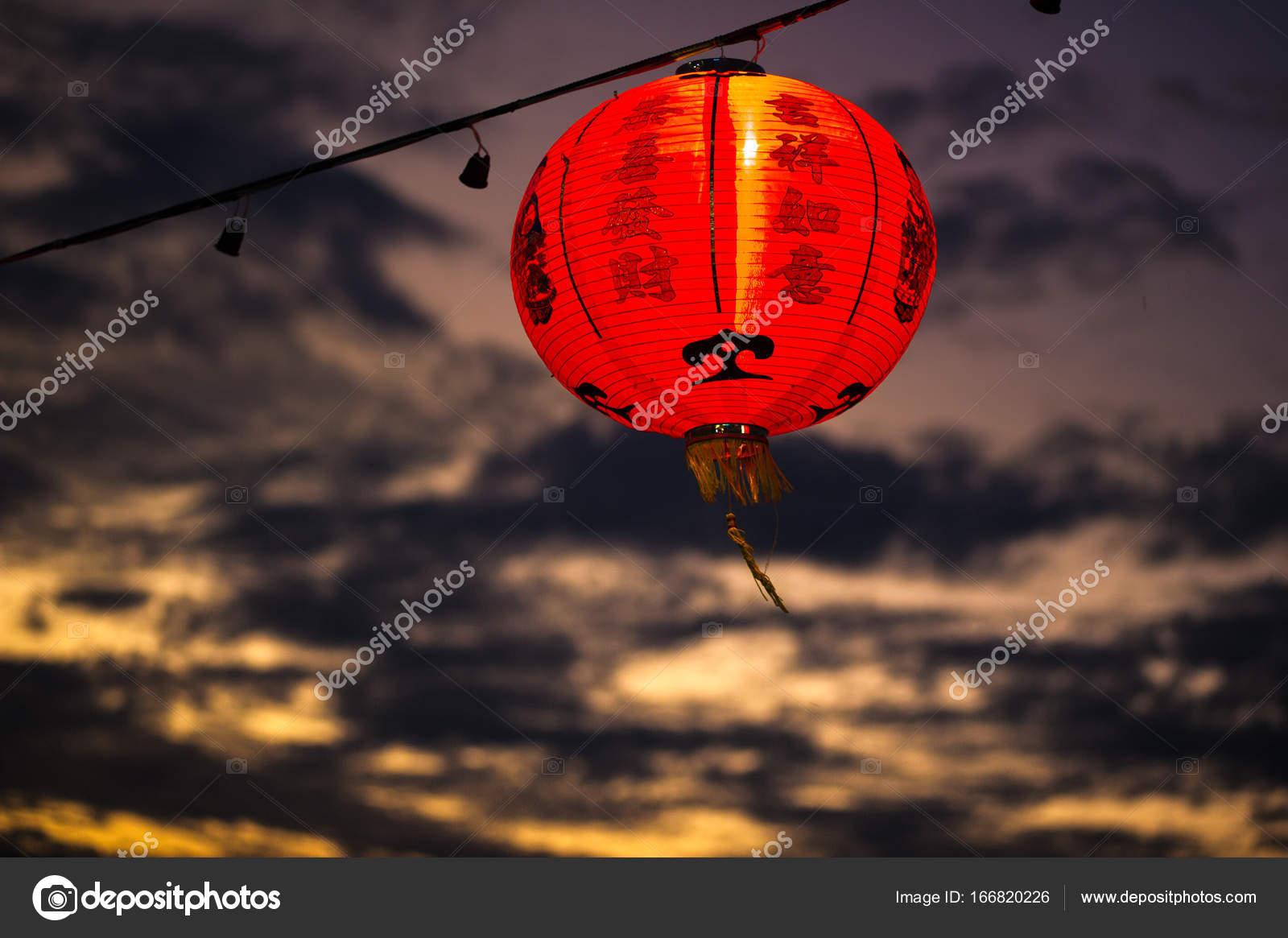 Decorazioni Con Lanterne Cinesi : Lanterne cinesi su uno sfondo di tramonto decorazione alle