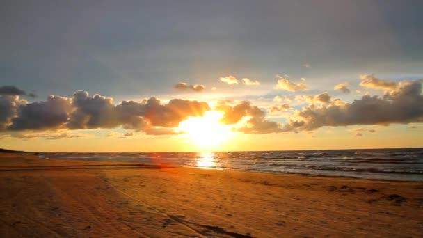 Krásný západ slunce na pláži. Západu slunce obloha s mraky. Lotyšsko, Jurmala