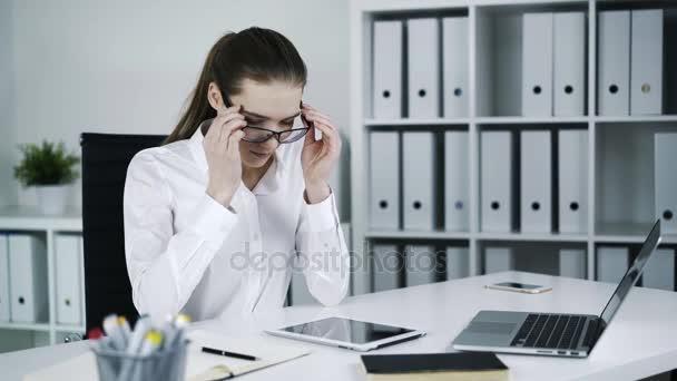 Obchodnice s brýlemi a začít vydělávat nějaké poznámky na pracovišti.