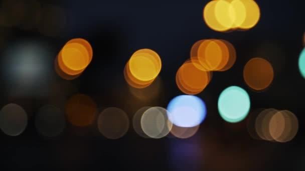 Rozostřeného noci semafory. Čelní pohled pohybujících se automobilů