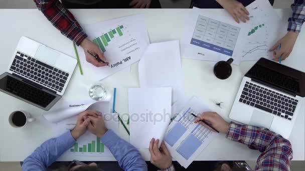 Podnikatelka, vysvětluje nastartovat kolegy jejich akční plán