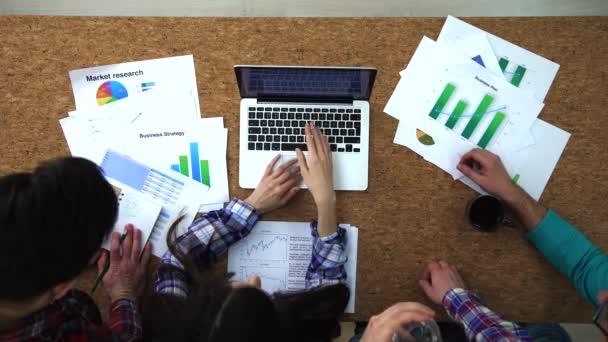Felülnézet üzletemberek laptop ötletgyűjtéshez használható: