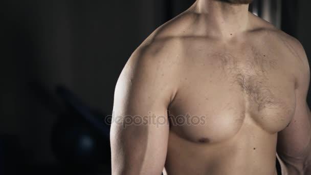 Pan Shot eines nackten muskulösen Mannes Torso