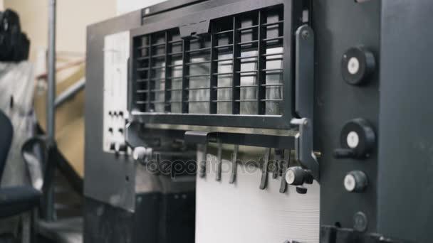 Vista laterale della stampante industriale rendendo manifesti della pubblicità
