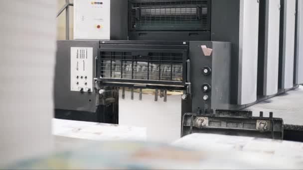 Inclinare verso il basso di manifesti dimpilamento di tipografia macchina