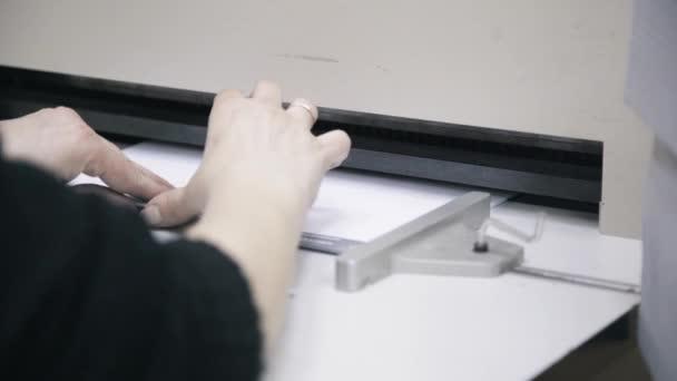 Nő munkavállaló kiterjed notebookra való rögzítéshez