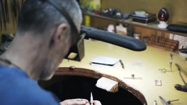 Pracovník pracuje s kleště a malé detaily