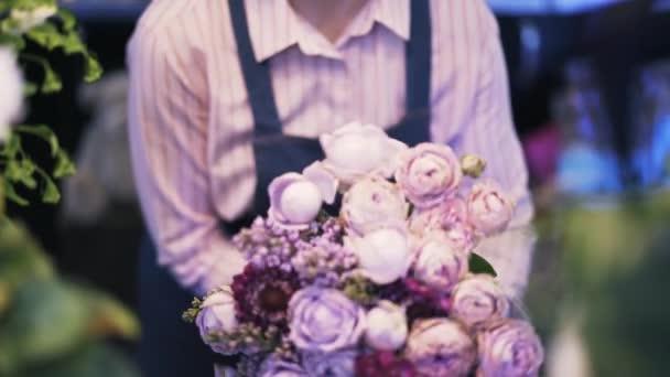 Detailní záběr z květinářství žena, takže fialová spoustu květin, naklonit dolů