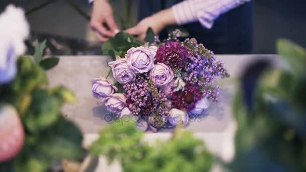 Detailní záběr z květinářství žena, takže fialová spoustu květin, naklonit nahoru