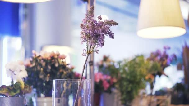 Květinářství, uvedení růžové a bílé květy ve váze
