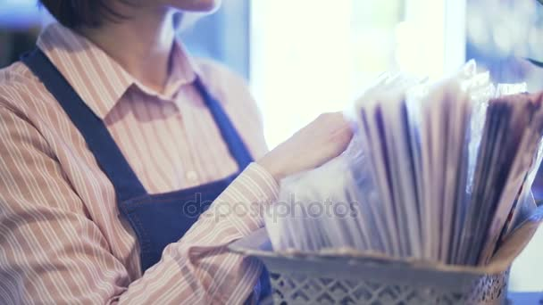 Boční pohled prodavačka volba balicí papír pro spoustu květin pan shot