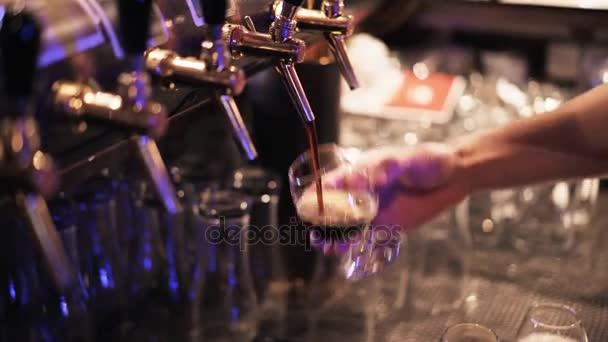 Zblízka barman nalévání piva a načítání zásobník s brýlemi