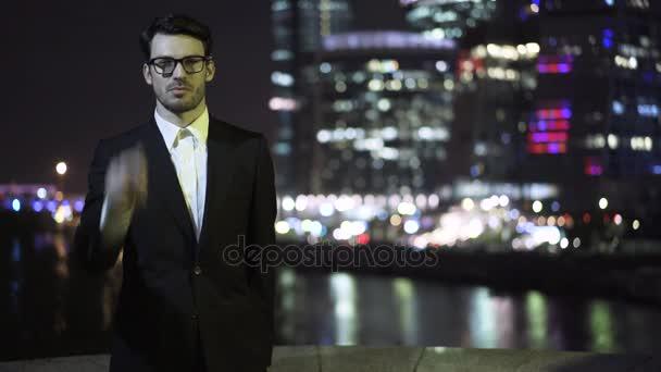 Mladý podnikatel nasadil brýle a v noci při pohledu Panorama