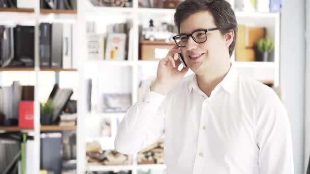 Boční pohled mladého podnikatele na telefonu v kanceláři