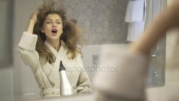 Nő énekel a fürdőszobában