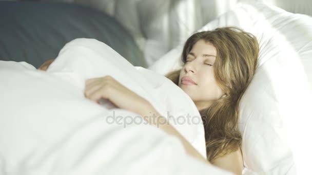 Fiatal nő felébred, és mosolyogva