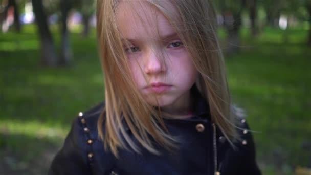 Di Seria In Giacca Video Rimpicciolire — Stock Bambina Una Il Pelle xFqnwHYU