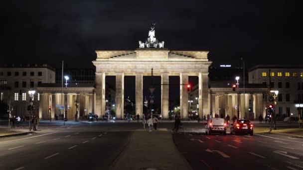 berlin - 21. august: das brandenburger tor, nacht 21. august 2017 in berlin. Fahrräder