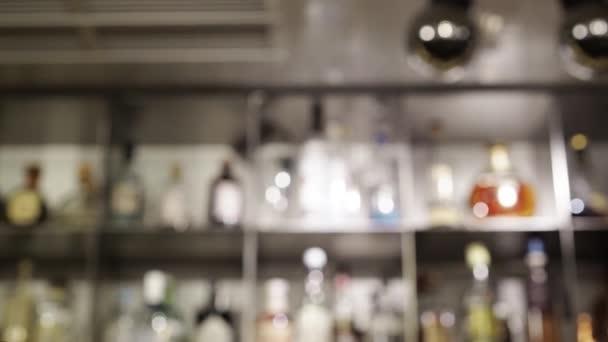 Bár az üveg polcok homályos tilt le