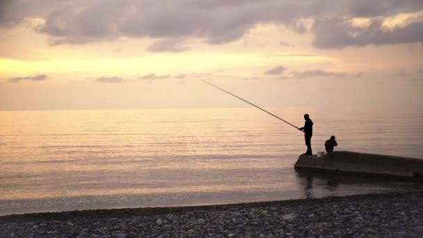 Otec a jeho dítě rybolov na břehu moře
