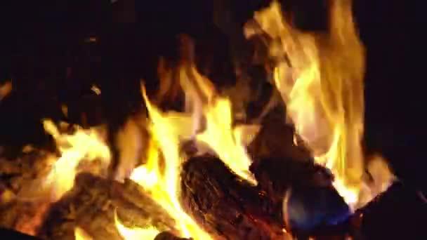 Égő, esténként tábortűz közelről