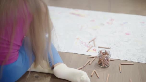 Zadní pohled na holčičky s dlouhými vlasy barvení velký obrázek na podlaze