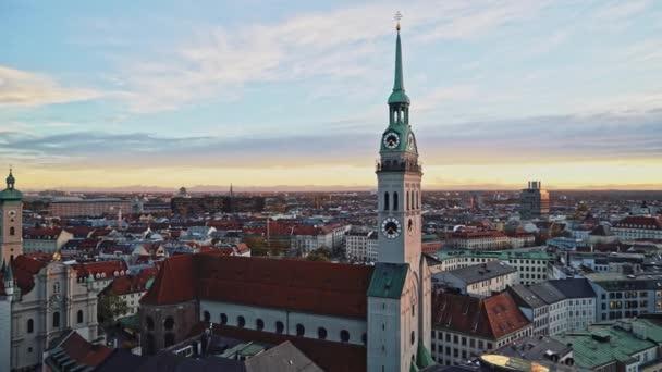 München, Deutschland - 25. November 2019: Schöne Aussicht auf die Stadt München und den Uhrturm der St.-Petri-Kirche zur Abendzeit. Einspielung in Echtzeit, München, Deutschland
