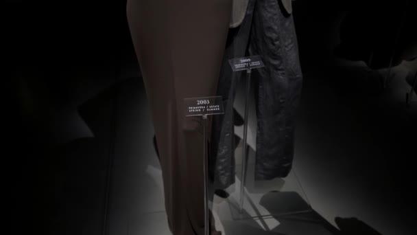 Milan, Itálie - červenec 2019: Gimbal v muzeu Armaniho Silose naklání záběr na šaty a oblek