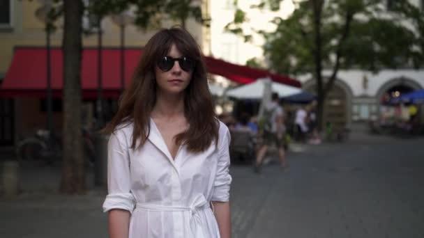 Gimbal-Aufnahme einer Frau in weißem langen Kleid in München